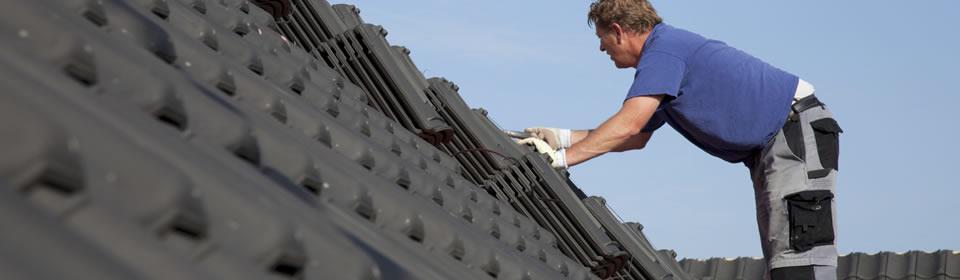 Man op het dak dakbedekking plat dak