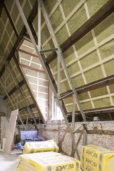 Dakdekker Dordrecht isoleert een schuin dak vanaf de binnenkant